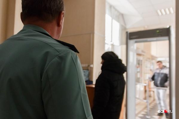 Женщину задержали на выходе из отдела полиции