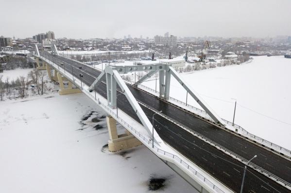 Машины ездят по мосту с 31 декабря 2019 года