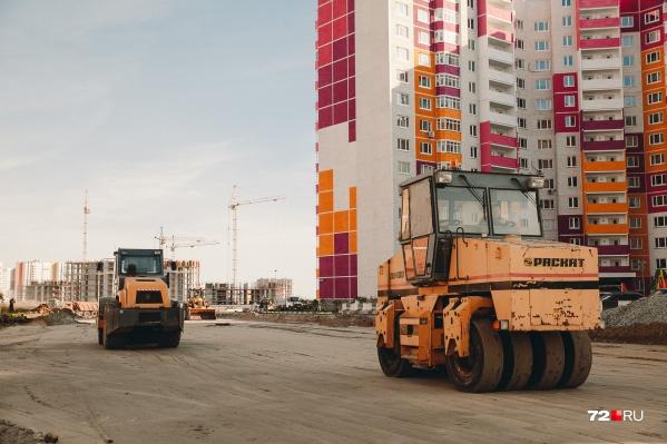 Жители новостроек считают, что владельцы коттеджей в Комарово и Патрушева, выступающие против строительства развязки и обхода вблизи их домов, тормозят развитие транспортной инфраструктуры