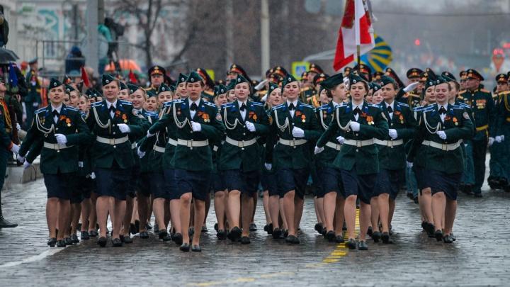 Туфелька снова потеряна: большой фоторепортаж с праздничного парада в Екатеринбурге