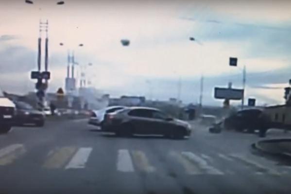 Момент аварии попал на видео