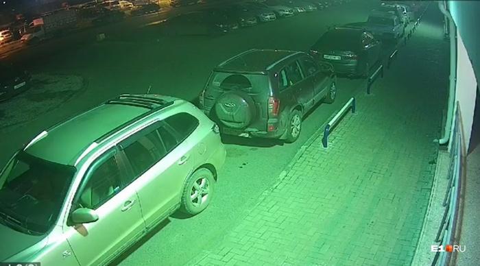 Машина была припаркована у подъезда