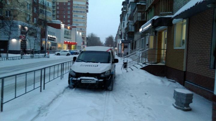 «Я паркуюсь, как...»: автохам на Фабричной и машина у входа в подъезд многоэтажки на Харьковской