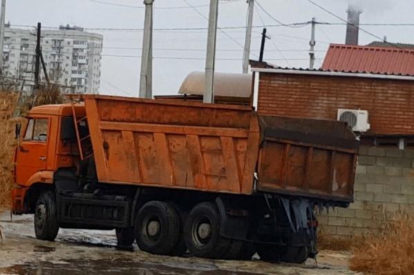 Роман Себекин запечатлел на видео слив опасных отходов в частном секторе
