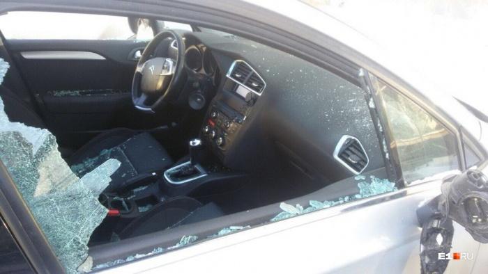 На автомобиль, стоящий на охраняемой парковке, напали рано утром