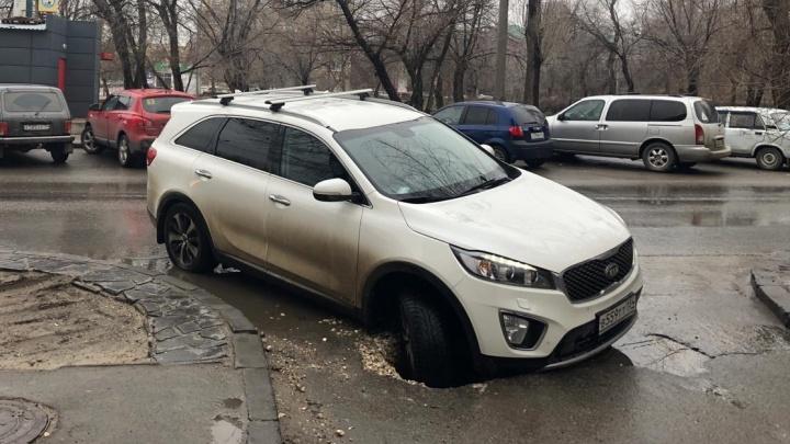«Всё плохо»: в центре Волгограда в дорожную яму провалился внедорожник