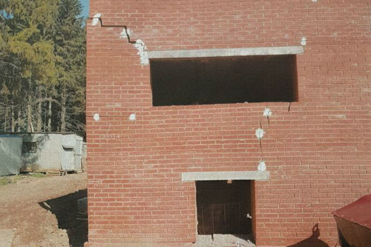 Трещины на будущем здании ветеринарной лечебницы