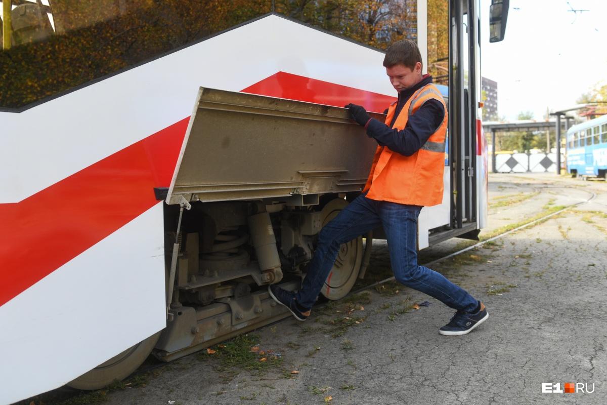 Профессиональный водитель чувствует сцепление колес трамвая с рельсами. В зависимости от времени года и погодных условий может меняться тормозной путь