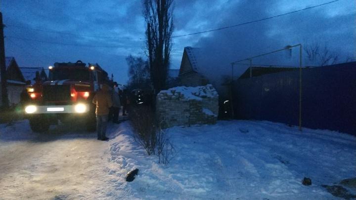 «Рядом лежали три газовых баллона»: в Волгограде сгорел гараж с «Нивой»