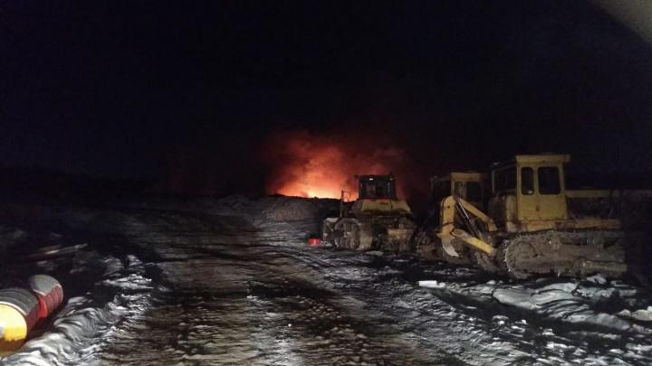 «Район этим дышит»: пожарные два дня пытаются потушить карьер, куда свозили обломки телебашни