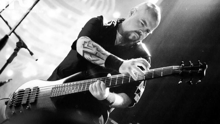 Басисту группы «Крематорий» разбили кейс от гитары на рейсе «Уральских авиалиний»