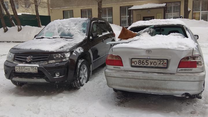Упавший с крыши снег разбил две машины на парковке возле домана Костычева