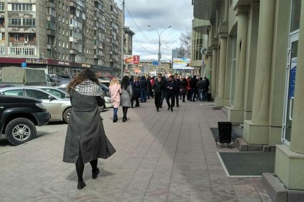 Из здания вышли десятки людей