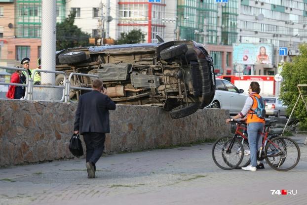 УАЗ стоял на парковке, от удара он опрокинулся набок и повис