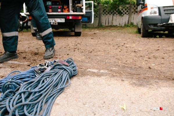 Чтобы достать погибших из коллектора, спасатели использовали веревки и лебедку