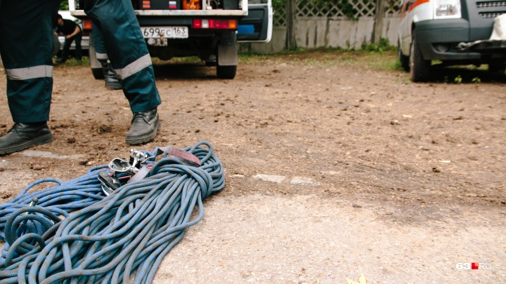 В Красноармейском районе спасатели достали из коллектора трех погибших мужчин
