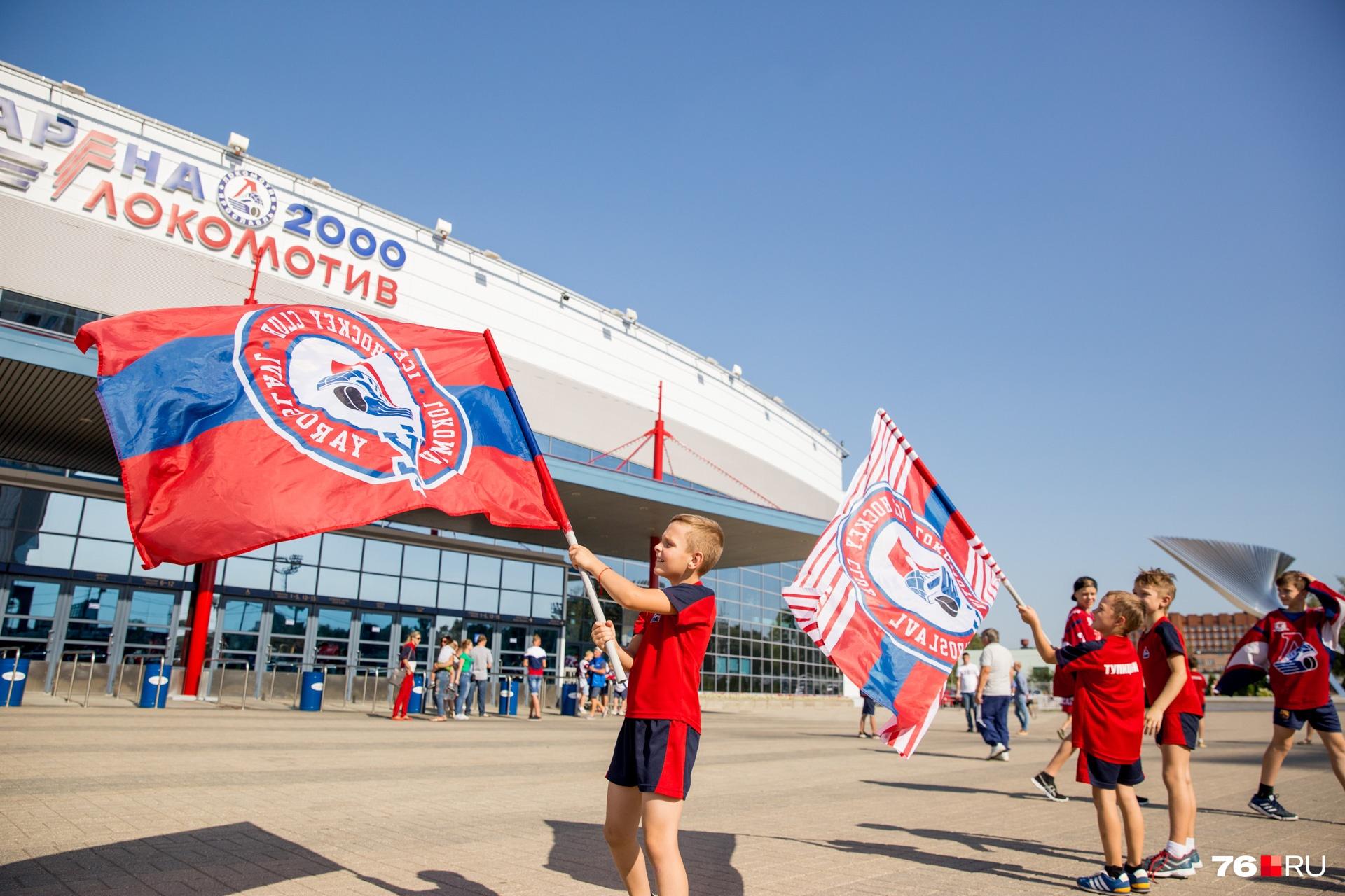 В ожидании команды мальчишки носились с флагами по площади