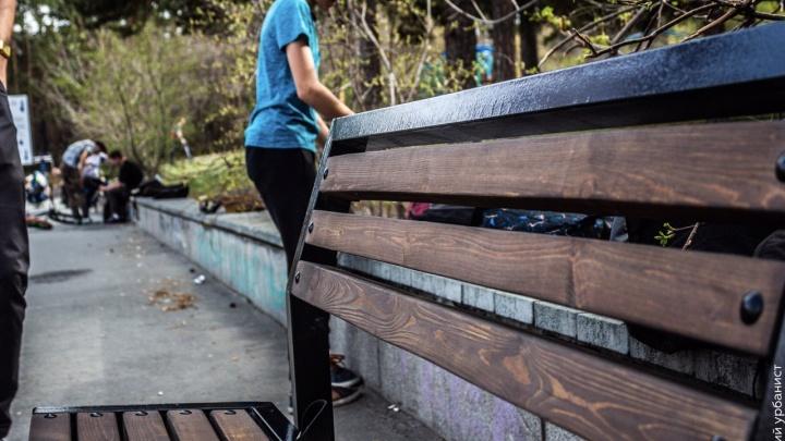 Челябинец за свой счёт поставил скамейки за памятником Курчатову