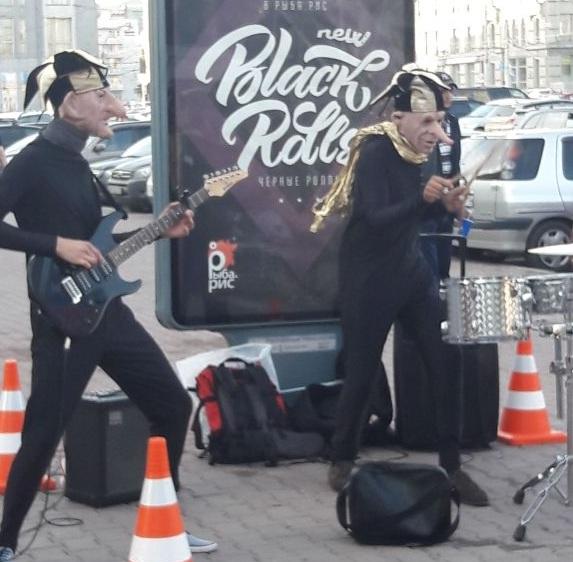 Музыканты в маскарадных костюмах устроили рок-концерт в центре города