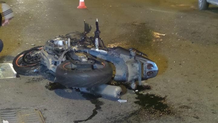 Байкер врезался в Nissan на перекрестке 8 Марта и Авиационной