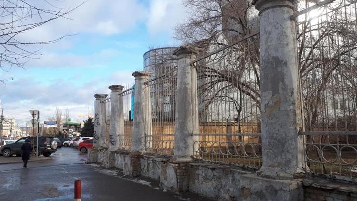 В центре Волгограда здание Министерства обороны сбрасывает с себя кирпичи и штукатурку