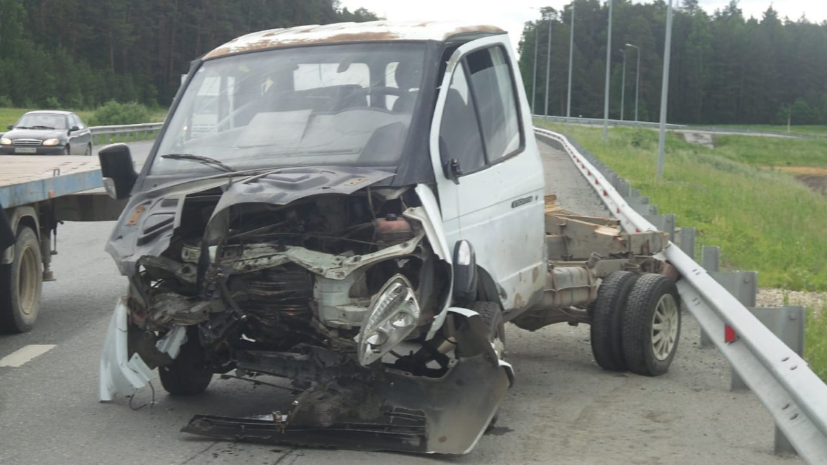 На ЕКАД «газель» влетела в легковушку, пострадала беременная женщина и ее 11-летняя дочь