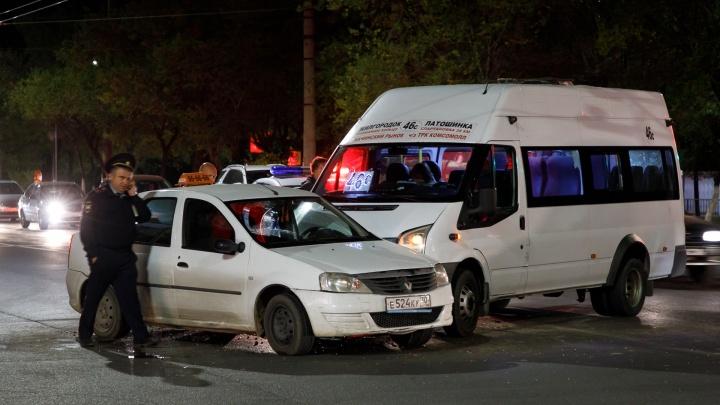 В Волгограде маршрутка ударила такси: есть пострадавшие