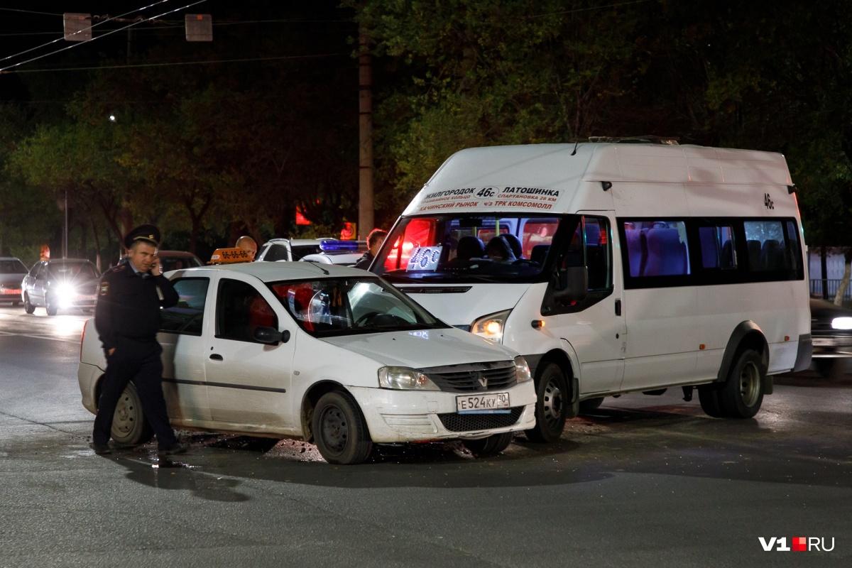 По словам очевидцев, в аварии пострадал пассажир такси