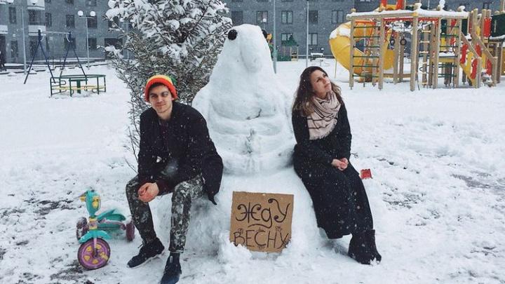 Ждун, интеллектуал и парень с Уралмаша: смотрим на снеговиков, которых успели слепить екатеринбуржцы