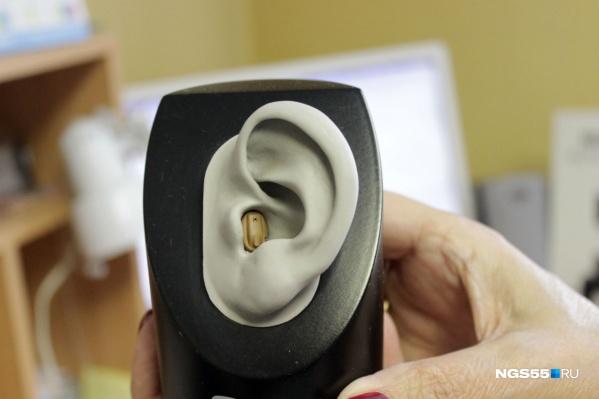 Внутриушной слуховой аппарат в обычной жизни практически незаметен, если не приглядываться