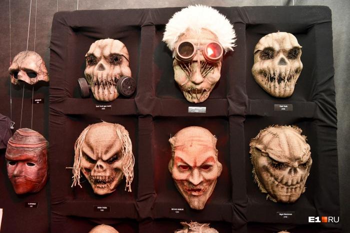 На выставке собраны маски, выполненные в разных стилях
