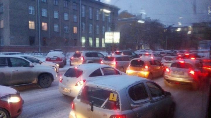 «Оттаяли»: с потеплением Красноярск встал в многокилометровые пробки