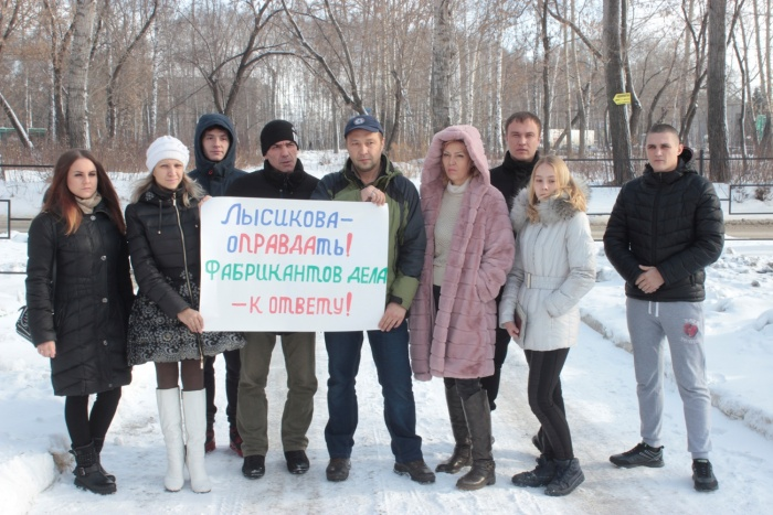 Родственники и коллеги бойца Росгвардии вышли с плакатом перед зданием суда