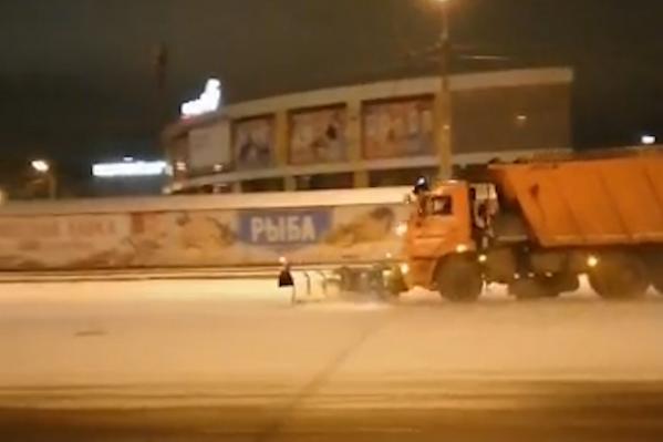 Снегоуборочные машины вывели на улицы Челябинска в разгар непогоды