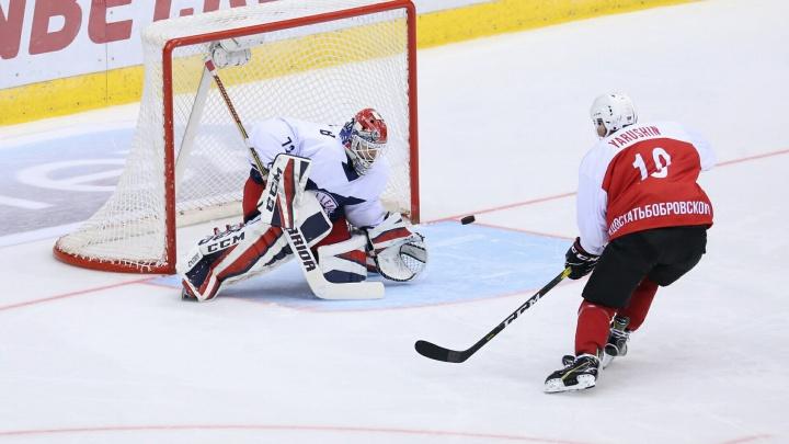 Хоккейный вечер в Челябинске: ЦСКА сильнее «Трактора», а Бобровский победил Ярушина