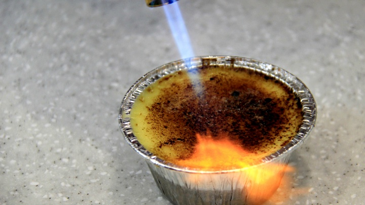 Кондитер жжёт: на стадионе «Спартак» открылась кофейня с десертом, который готовят газовой горелкой