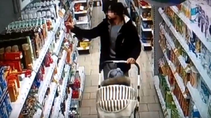 Мужчина прятал в коляску с двухлетним сыном сворованную в супермаркете еду