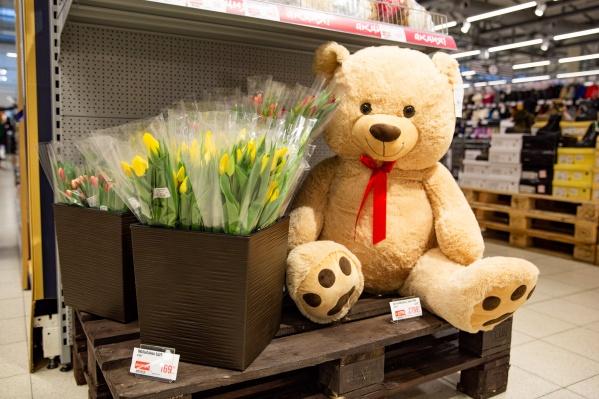 Цветы от&nbsp;гипермаркета «Глобус» — это всегда чудесное дополнение к подарку<br><br>