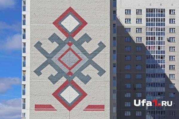 Огромные национальные узоры украсили стены жилого комплекса «Полесье»