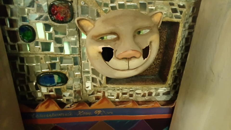 Чеширский Кот на стене театра кукол лишился не только усов, но и щёк