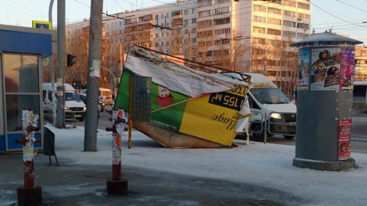 «Дикие пробки, летающие киоски»: смотрим, как Челябинск пережил штормовое утро