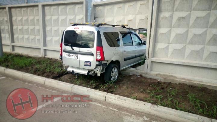 Молодой водитель на«Ладе»пробил насквозь дыру в бетонном заборе