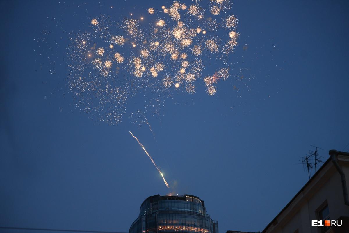После шествия студентов радиофака и всех жителей города ждал салют, запущенный с небоскреба «Высоцкий»