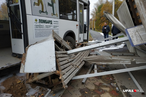 Автобус протаранил остановку с людьми