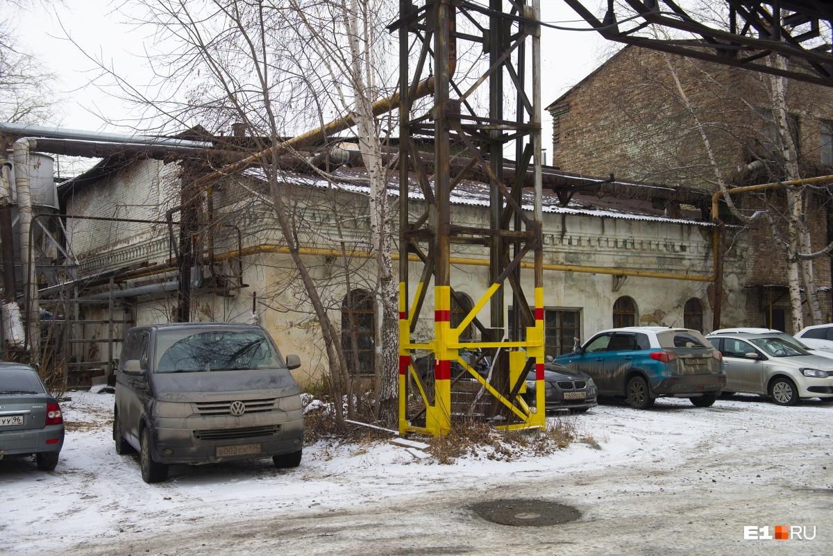 Это здание выглядит еще более старым на фоне современных автомобилей. Сюда бы коней с телегами!