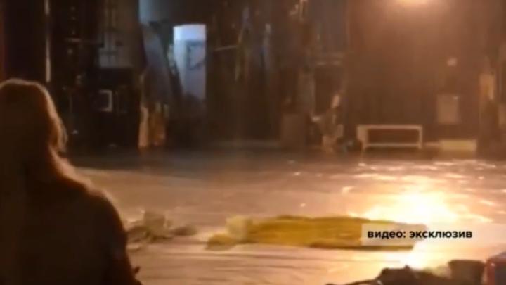 На сцену Русдрама хлынула вода: в продолжение последствий ливня