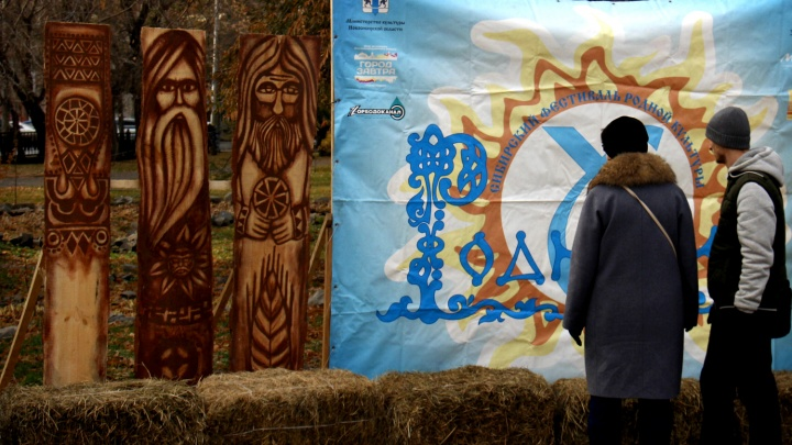 В Первомайском сквере поставили языческие идолища и водят хороводы