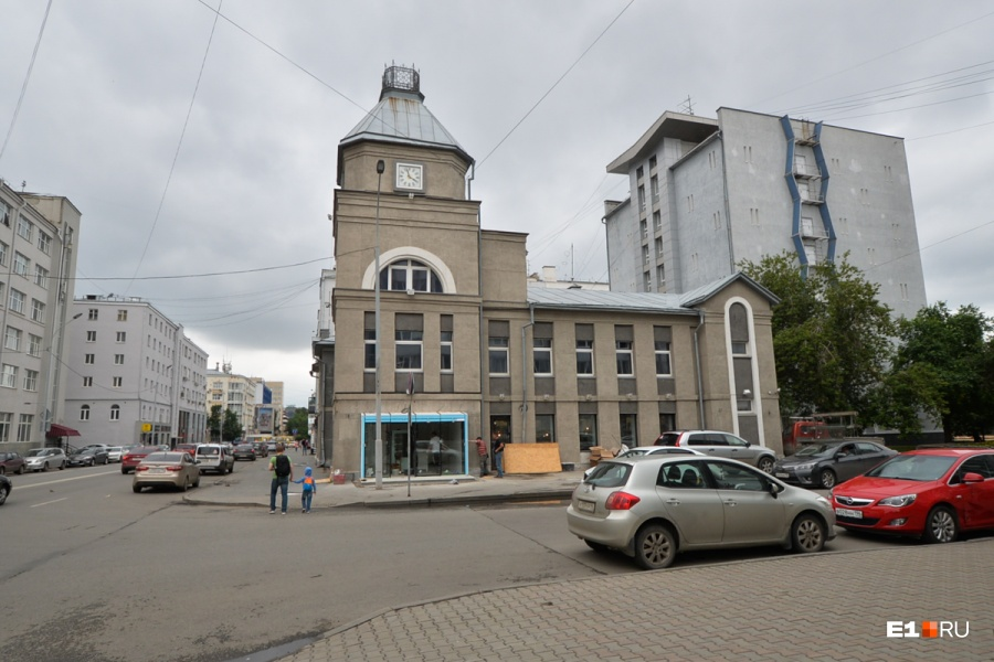 А это здание на Толмачёва — стоит напротив ресторана «Паштет»