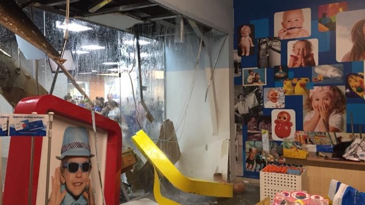 «С крыши обрушился водопад»: волгоградские торговые центры ушли под воду