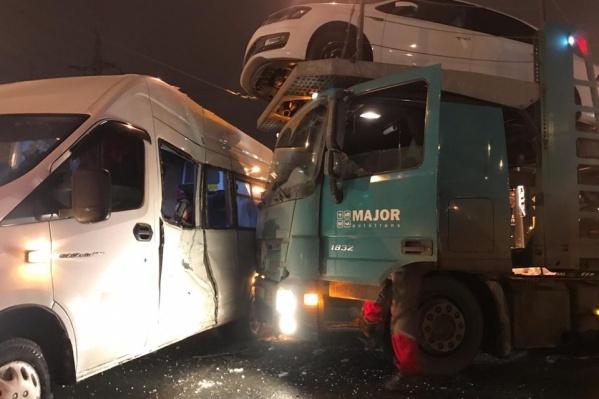Удар пришелся прямо на салон пассажирского автобуса